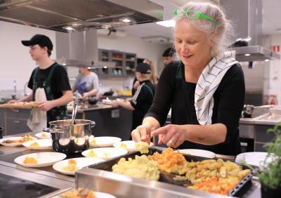 Full fart i köket! Nina lägger upp smakportioner för glatta livet och i bakgrunden skyndar Linus för att fylla på fler bitar av renpizzan som var en av bufféns mest uppskattade inslag.