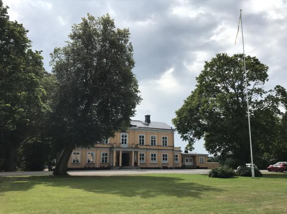 Thoresta herrgård i Bro har anor från 1700-talet. I 40 år har man drivit konferensverksamhet.