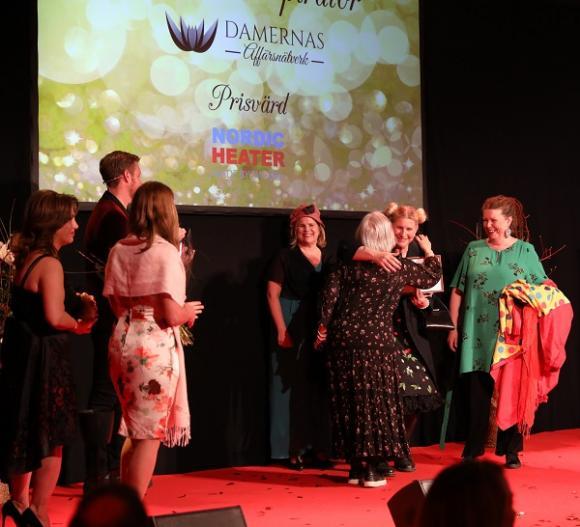 Priset delades ut av Irène Seth och Azar Tavallali från Damernas affärsnätverks styrelse, samt av<span>Annette Hjälmström,</span> representant för galasponsorn Nordic Heater.