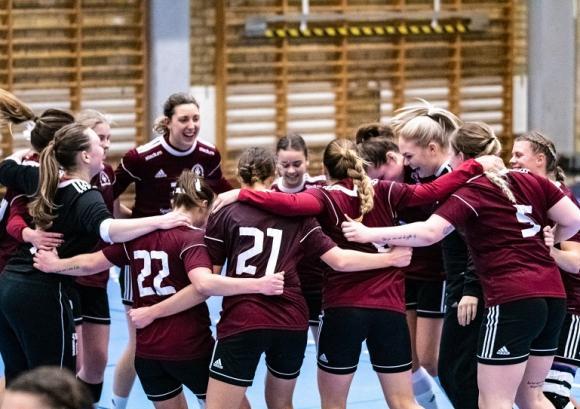 Delad glädje är dubbel glädje! KSKs damer firar att kvalplatsen till Allsvenskan är säkrad efter 30-20-vinsten mot Silwing Troja.