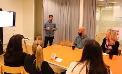 Moslim, en av kommunens fyraIntegrationsstödjare, berättar om hur de arbetar och om hur man även har ett nära samarbete med Upplands-Bro Volontärer.