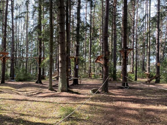 Vid Hällkana friluftsområde, i anslutning till lekplatsen och badplatsen, har Accropark anlagt sina höghöjdsbanor.