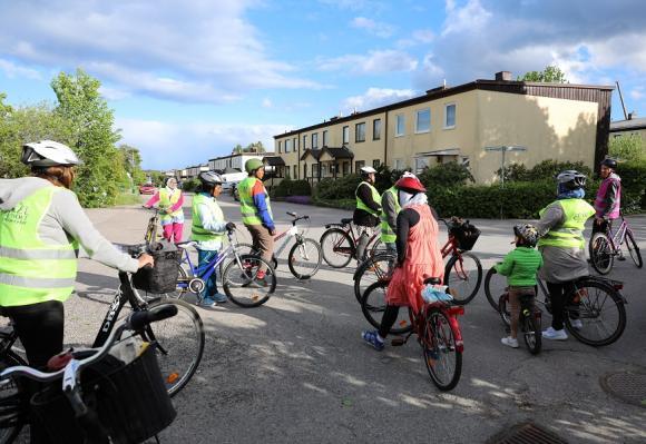 Cykelkursen för vuxna invandrare har varit mycket uppskattad. Vid sista kurstillfället fick de kursdeltagare som ville följa med på en cykelutflykt till Brostenen, vid Bro kyrka.