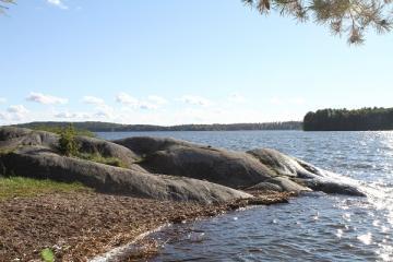 Frölunda naturreservat har en grillplats och en liten badplats.
