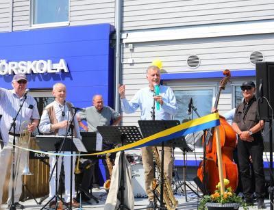 Bo Nyberg, rektor på Källskolan, hälsade alla välkomna och höll det första invigningstalet dagen till ära.