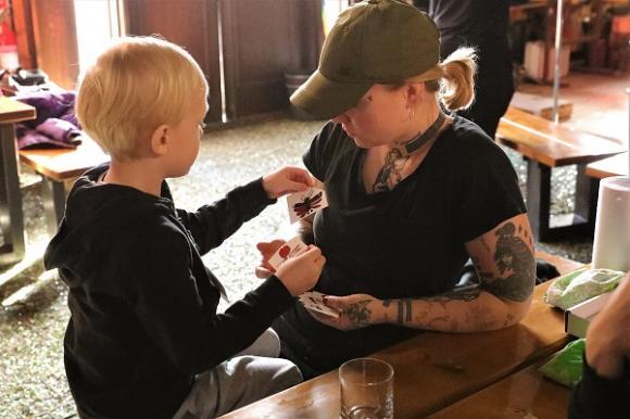 Liam väljer en dekal som han sedan med Erikas hjälp ska fästa på ett glas.