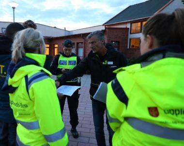 Björn Svensson, kommunens Trygghetssamordnare, visar på kartan hur kvällens trygghetsvandring kommer att gå.