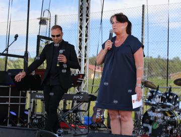 Camilla Janson, kommunstyrelsens ordförande, invigningstalade. i bakgrunden synsNisse Bielfeld, som var konferencier under dagen.