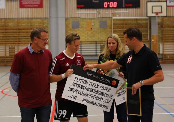 Simon Andersson och Åsa Leek mottog årets ungdomsledarstipendium från Sparbanken Enköping. Henrik Roempke, chef på bankens Kungsängenskontor, delade ut diplom och härlig check.