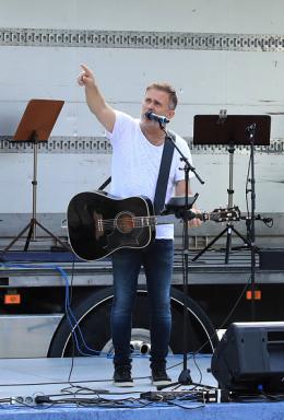 Jan Johansen sjöng, ledde allsång och var konferencier på Fest i Byn.
