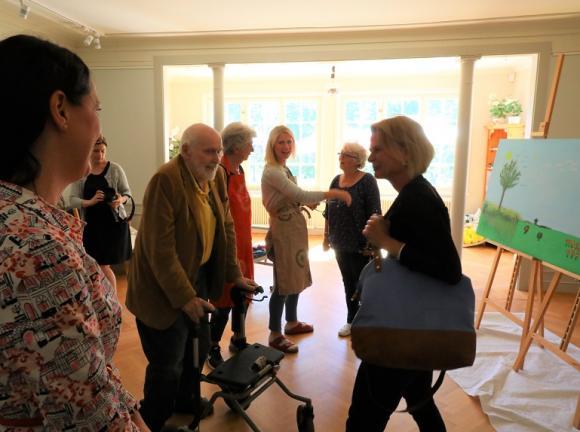 Åsa Regnér träffade några av deltagarna i Daglig verksamhet när hon besökte Kvistaberg på torsdagen.