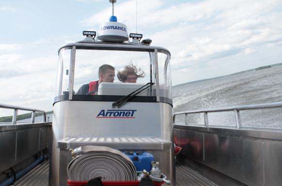 När brandmännen i Bro sjösatte sitt räddningsvidunder i maj 2013 fanns UBRO på plats. Med brandman Micke bakom reglagen fick vi följa med på jungfrufärden.