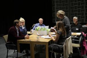 Valkansliet från vänster: Olle Nykvist, Sanna Ajaxén, Karl Öhlander, Julia Parkin, Anna-Lena Örvander och valnämndens ordförande, Bengt Johansson (S), förbereder den preliminära rösträkningen.