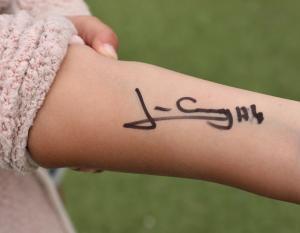 Det skrevs autografer på papper, armar, en och annan keps och t-tröja. Till och med på ett par shorts!