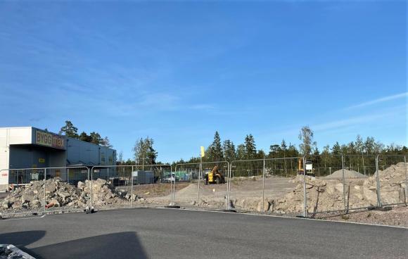 Mellan Byggmax och den stora Coop-ladan har markarbetena påbörjats. Går allt enligt plan kommer den nya restaurangen stå klar under första halvåret 2021.