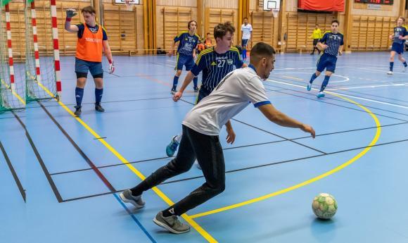 Futsal, eller inomhus-fotboll som det i sin linda kallades, spelas på mindre yta, med färre spelare och med en något mindre boll än vanlig fotboll. Bollen är dessutom något dämpad i studsen. Matcherna är 2*20 minuter effektiv speltid. Lagen har fyra utespelare samt målvakt och till skillnad från vanlig fotboll finns ingen gräns för hur många byten som får göras.