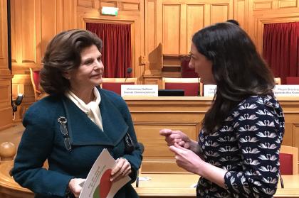 Drottning Silvia och Mirjam Brocknäs samtalar.