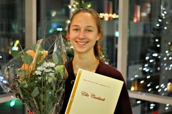 Ella Carlstedt är den yngsta Charlie Norman-stipendiaten hittills. Endast 14 år gammal har hon imponerat stort på stipendiegruppen med sin bredd och sitt musikaliska kunnande.