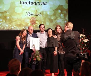 Företagarnas pris Årets Nyetablering gick till: Glada pristagare: Popup Padels Magnus Bubini, med partnerAlexander Nordwall och Suss Bubini flankeras av prisutdelarna.