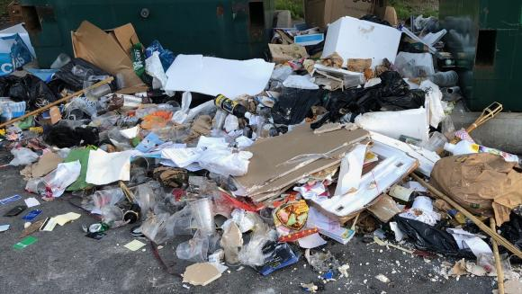 Gipsrester har för övrigt inget att göra på en återvinningsstation där bara hushållsavfall ska slängas. Gips, sängar, kaffebryggare, färgpytsar och batteridrivna leksaker och annat man kan hitta bland det som slängs på återvinningsstationerna ska i stället tas till någon av kommunens två kretsloppscentraler.