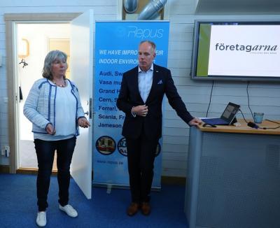 Maria Brofalk som till vardags driver Floristhörnan i Bro berättade om Damernas Affärsnätverk som vänder sig till företagsamma (inte nödvändigtvis företagsägande) kvinnor som bor och / eller verkar i kommunen.