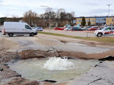 <span>Många vattenläckor sker på våren när tjälen går ur marken. Här är bild från förra veckans stora vattenläcka på Skolvägen i Kungsängen.</span>