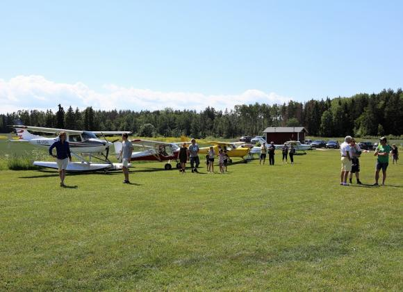Det var många som passade på att titta på de små flygplanen när Swedish Ultrafliers bjöd in till Fly In - eller öppet flygfält som man ju också kan kalla det.