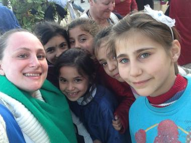Natalie Snell-Redon, till vänster, är en småbarnsmamma från Upplands-Bro som engagerat sig i flyktingkatastrofen. Här är hon tillsammans med några av de flyktingbarn hon stött på under sina volontärresor till Grekland.
