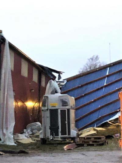 Tursamt nog blåste det mesta av takdelarna ner mellan ridhuset och stallet och inte ut i trafiken på den intilliggande Enköpingsvägen.