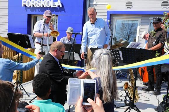 Rolf Nersing, utbildningsnämndens ordförande klippte det blå-gula bandet tillsammans med Ulla Olofzon, skolans biträdande rektor.