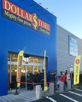 Bilden är en skärmdump från DollarStores hemsida från butiksinvigningen i Landskrona.