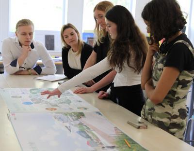 BSKs arkitekter Alexander Klaesson, Emma Nyrell och Linnea Hagbjörk i dialog med eleverna Sueda och Emely (Loke hamnade utanför bild) om den senast uppdaterade versionen av klass 7:1s Bro-vision. Har allt kommit med? Är det något som ska ändras? Nästa uppdatering är den slutgiltiga digitala visionen så nu är det bara finjusteringar som behöver göras!