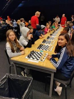 Schack56an lockade 52 klasser i årets upplaga! Här är det Finnstaeleverna Alva och Anonna som får möta varandra i en av alla hundratals matcher i Globen.