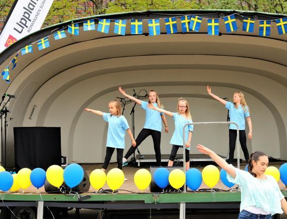 Upplands-Bro DansGymnaster visade upp sig på scenen.