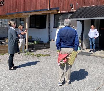 Prisutdelning pågår! Långt från strålkatarljus och galastass, men med en härlig majsol som ljuskälla, överraskades idag Johanna Karlén med utnämningen Årets Hållbara Företag.
