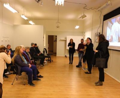 Kommundirektör Maria Johansson och kommunstyrelsens ordförande Camilla Janson var glada att Fryshusets verksamhet nu fått en samlingslokal. Efter deras korta välkomsthälsningar tog Fryshuset över och presenterade verksamhetens syfte och mål. Därefter blev det frågestund.