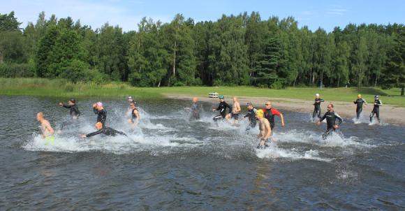 Starten sker vid Lillsjöns badplats, där även växlingar och målgång sker.