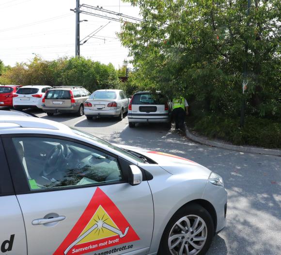 När vi svänger in på pendlarparkeringen på Stationsvägen i Bro bromsar Börje in. På parkeringen står en bil som får varningsklockorna att plinga. Medan Börje går fram och kollar bilen ringer Sven polisen för att kolla registreringsnumret.