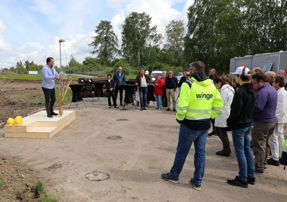 Politiker, tjänstemän, föreningsrepresentanter och nyfikna kommuninvånare hade samlats på tisdagen för att bevittna det första spadtaget.