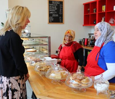 Vesna Jovic, VD för Sveriges landsting och kommuner besökte Café Nyfiket i Brohuset. Där träffade hon bland annat Medina och Rahaf som bjöd på specialiteter från deras hemländer.