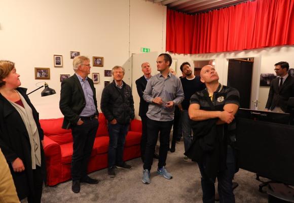 Eric Hasso, i mitten, berättar om tekniken i studion och om hur varje rum på övervåningen döpts efter farfar Harry Hassos fem fruar.