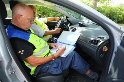Sven fyller i loggen. Tidpunkt, plats och all viktig info skrivs in. Att man varit i kontakt med polisen och kollat registreringsnumret på bilen, samt att den är avskyltad, falskreggad och har körförbud.