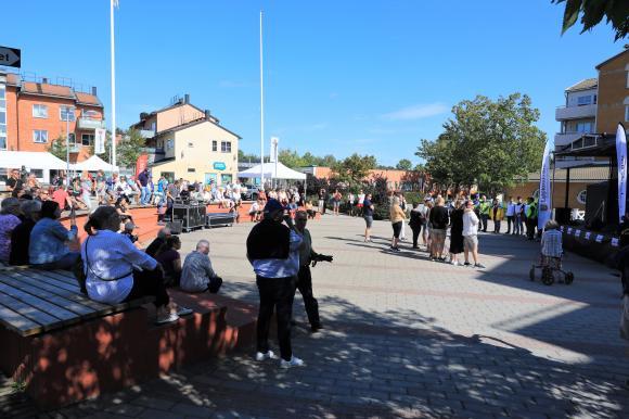 Många slöt upp i Bro centrum på söndagen.