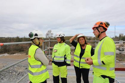 Lena Berglund, regionchef på E.ON och Kenneth Carlsson projektledare för bygget av framtidens kretsloppsanläggning i Bro guidade Helene Hellmark Knutsson och Camilla Janson. Bland annat klättrade vi upp i en hög byggställning där vinden pep i ordentligt. Utsikten var storartad!