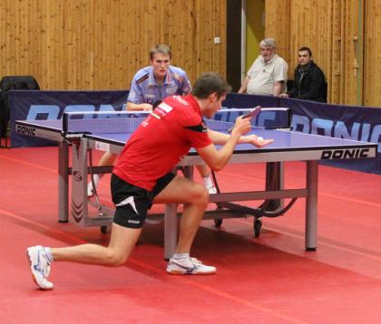 TKBTKs Daniel Schaffer i röd tröja mötte Halmstads Harald Andersson.