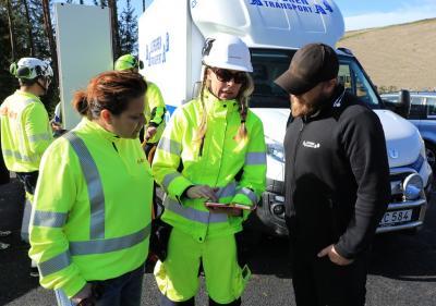 Kajsa Ivansson Sognefur, i mitten, är projektledaren för bygget. Här förevisar hon E.ONs app över alla biogasstationer. Numera finns även Bro utsatt.