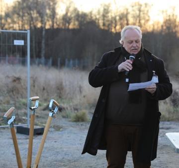 Jan Stefanson (KD) berättade om den långa planprocess som föregått det första spadtaget. Han förklarade också hur Trädgårdsstaden kommer att bli en länk mellan det gamla och nya Bro och att utbyggnaden kommer att bidra till ett bättre Bro och ett bättre Upplands-Bro där bland annat förbättrade kommunikationer kommer att vara en vinst.