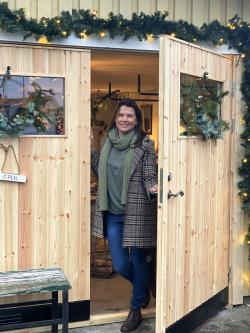 Petra har öppnat butik på hemmaplan, i familjens garage. Ut med bilen och verktygen, och in med vackert designade kläder och inredningsdetaljer. Uniquebyus heter butiken, som även säljer en del udda loppisfynd och antikviteter.