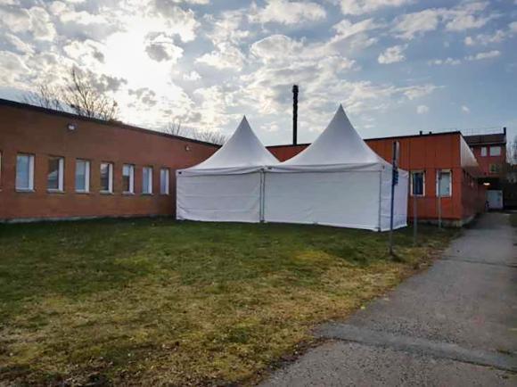 Vita tält har satts upp bakom vårdcentralen i Bro.