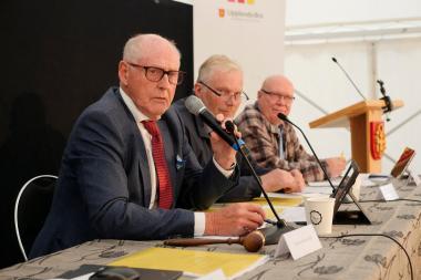 Anders Åkerlind (M) i förgrunden är ordförande i kommunfullmäktige. Bredvid honom sitter Jan-Erik Björk (KD), vice ordförande och Björn-Inge Björnberg (S), andre vice ordförande.
